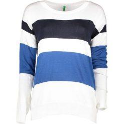 Sweter w kolorze niebiesko-białym. Białe swetry klasyczne damskie marki Benetton, s, z dzianiny, z okrągłym kołnierzem. W wyprzedaży za 54,95 zł.