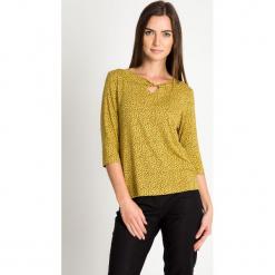 Musztardowa bluzka z drobnym wzorem QUIOSQUE. Żółte bluzki longsleeves marki QUIOSQUE, z dzianiny, biznesowe. W wyprzedaży za 59,99 zł.