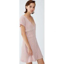 Sukienka z prążkowanego materiału z guzikami. Czerwone sukienki dzianinowe Pull&Bear. Za 69,90 zł.