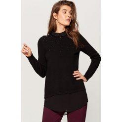 Sweter z koszulowymi wstawkami - Czarny. Czarne swetry klasyczne damskie marki Mohito, m, z koszulowym kołnierzykiem. Za 99,99 zł.