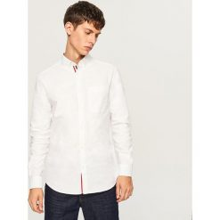 Koszula regular fit z ozdobną taśmą na plisie - Biały. Czarne koszule męskie na spinki marki Reserved. Za 89,99 zł.