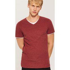 T-shirt z kontrastowym wykończeniem - Bordowy. Czarne t-shirty męskie marki House, l, z nadrukiem. Za 35,99 zł.