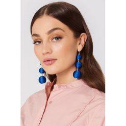 Kolczyki damskie: NA-KD Accessories Wiszące kolczyki Triple Globe – Blue