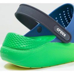 Crocs LITERIDE GRAPHIC CLOG Sandały kąpielowe blue jean/tennis ball green. Niebieskie kąpielówki męskie marki Crocs, m, z gumy. Za 229,00 zł.
