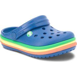 Klapki CROCS - Cb Rainbow Band Clog K 205205  Blue Jean. Niebieskie klapki chłopięce marki Crocs, z tworzywa sztucznego. W wyprzedaży za 139,00 zł.