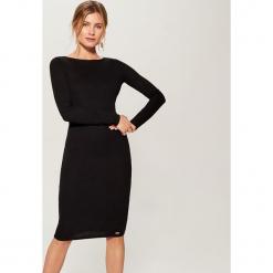Dopasowana midi sukienka - Czarny. Czarne sukienki marki Mohito, l, midi, dopasowane. Za 69,99 zł.