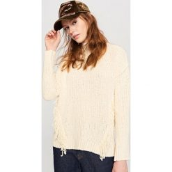 Sweter w frędzlami - Kremowy. Białe swetry klasyczne damskie marki Reserved, l. W wyprzedaży za 39,99 zł.