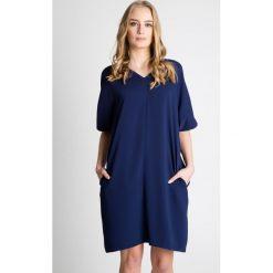Granatowa luźna sukienka z krótkim rękawem BIALCON. Szare sukienki hiszpanki BIALCON, na co dzień, z tkaniny, z dekoltem w serek, z krótkim rękawem, mini, oversize. Za 269,00 zł.