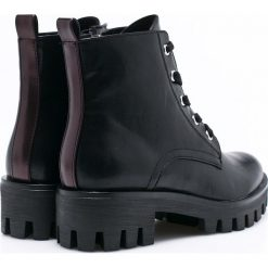 Tamaris - Botki. Czarne buty zimowe damskie marki Tamaris, z materiału, z okrągłym noskiem, na sznurówki. W wyprzedaży za 129,90 zł.