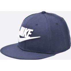 Nike Sportswear - Czapka. Różowe czapki z daszkiem męskie marki Nike Sportswear, l, z nylonu, z okrągłym kołnierzem. W wyprzedaży za 84,90 zł.