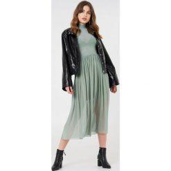 NA-KD Trend Siateczkowa sukienka midi z długim rękawem - Green. Białe długie sukienki marki NA-KD Trend, w paski, z poliesteru, z klasycznym kołnierzykiem. W wyprzedaży za 135,80 zł.