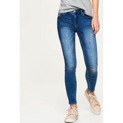 Jeansy HIGH WAIST - Niebieski. Niebieskie jeansy damskie marki Cropp, z podwyższonym stanem. Za 119,99 zł.