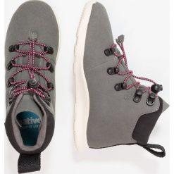 Native APEX JUNIOR Śniegowce dublin grey/bone white. Szare buty zimowe chłopięce Native, z materiału. W wyprzedaży za 303,20 zł.