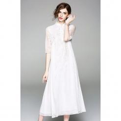 Sukienka w kolorze białym. Białe sukienki marki Zeraco, ze stójką, midi, proste. W wyprzedaży za 379,95 zł.