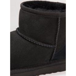 UGG CLASSIC MINI II Botki black. Czarne buty zimowe damskie marki Ugg, z materiału. W wyprzedaży za 439,20 zł.