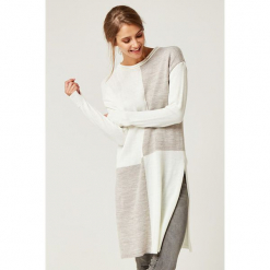 Sweter w kolorze kremowo-beżowym. Białe swetry klasyczne damskie marki SCUI, z okrągłym kołnierzem. W wyprzedaży za 149,95 zł.