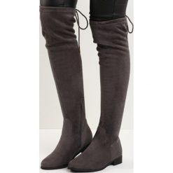 Szare Kozaki Augur. Szare buty zimowe damskie Born2be, z okrągłym noskiem, przed kolano, na wysokim obcasie, na płaskiej podeszwie. Za 84,99 zł.