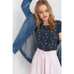 Koszulka ze wzorem. Brązowe bluzki sportowe damskie marki Orsay, s, z dzianiny. Za 24,99 zł.