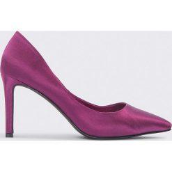 NA-KD Shoes Czółenka w szpic na słupku - Purple. Fioletowe buty ślubne damskie marki NA-KD Shoes, na obcasie. W wyprzedaży za 36,59 zł.