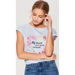 Bawełniana koszulka w kwiaty - Niebieski. Niebieskie t-shirty damskie marki Mohito, m, w kwiaty, z bawełny. W wyprzedaży za 29,99 zł.
