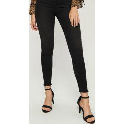 Jeansy skinny high waist - Czarny. Czarne jeansy damskie skinny marki Sinsay, z jeansu, z podwyższonym stanem. Za 49,99 zł.