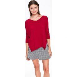 SWETER OVERSIZE Z DEKOLTEM W SEREK. Szare swetry oversize damskie marki Top Secret, w ażurowe wzory. Za 89,99 zł.