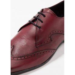 Jeffery West ESCOBAR 3 EYE WINGCAP DERBY Eleganckie buty bordo. Czerwone buty wizytowe męskie Jeffery West, z materiału, na sznurówki. Za 719,00 zł.