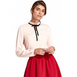 Różowa Elegancka Bluzka ze Stójką i Wiązaną Tasiemką. Czerwone bluzki damskie Molly.pl, l, biznesowe, ze stójką, z długim rękawem. Za 112,90 zł.
