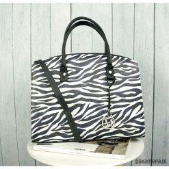 Klasyczna torebka kuferek do pracy zebra MANZANA. Czarne kuferki damskie marki Manzana, z motywem zwierzęcym, z materiału, do ręki. Za 159,00 zł.