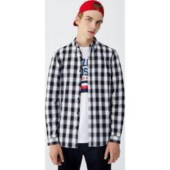 Koszula basic w kratkę vichy. Czerwone koszule męskie w kratę marki Pull&Bear, m. Za 79,90 zł.