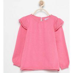 Sweter z falbankami przy ramionach - Różowy. Czerwone swetry dziewczęce marki Reserved, z falbankami. W wyprzedaży za 19,99 zł.