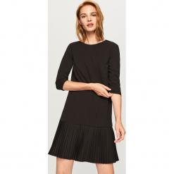 Sukienka z dekoltem z tyłu - Czarny. Czarne sukienki z falbanami Reserved, l. Za 69,99 zł.