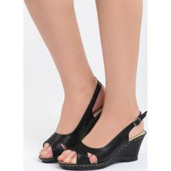 Czarne Sandały Front of Me. Czarne sandały damskie marki Born2be, z materiału, na koturnie. Za 79,99 zł.