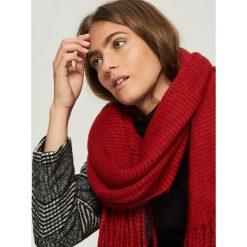 Prążkowany szalik z frędzlami - Czerwony. Czerwone szaliki damskie Sinsay, prążkowane. Za 49,99 zł.