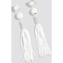 Kolczyki damskie: NA-KD Party Zdobione kolczyki z chwostami – White