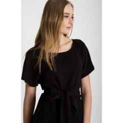 Czarna bluzka z wiązaniem w pasie BIALCON. Czarne bluzki asymetryczne BIALCON, z tkaniny, eleganckie, z kokardą, z krótkim rękawem. W wyprzedaży za 153,00 zł.
