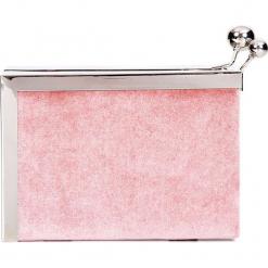 Różowa torebka puzderko na bigiel QUIOSQUE. Czarne torebki klasyczne damskie marki QUIOSQUE, na imprezę, z dzianiny, z kopertowym dekoltem, mini, dopasowane. Za 99,99 zł.