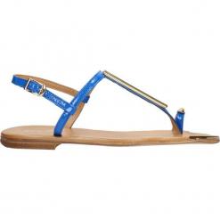 Sandały. Niebieskie rzymianki damskie Gino Rossi, z lakierowanej skóry, na płaskiej podeszwie. Za 79,90 zł.