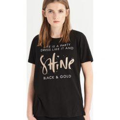 T-shirt z błyszczącym nadrukiem - Czarny. Czarne t-shirty damskie Sinsay, l, z nadrukiem. Za 24,99 zł.