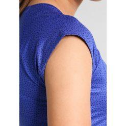 Nike Performance PURE Tshirt z nadrukiem paramount blue/white. Niebieskie topy sportowe damskie marki Nike Performance, s, z nadrukiem, z elastanu. W wyprzedaży za 146,30 zł.