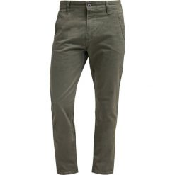 Chinosy męskie: DOCKERS ALPHA Spodnie materiałowe olive core