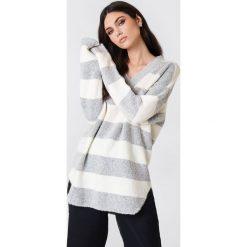 Rut&Circle Sweter w paski Winnie - White,Grey,Multicolor. Zielone paski damskie marki Rut&Circle, z dzianiny, z okrągłym kołnierzem. Za 110,95 zł.