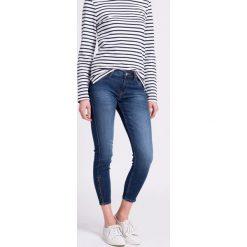 Lee - Jeansy Scarlett. Niebieskie jeansy damskie rurki marki Lee. W wyprzedaży za 249,90 zł.