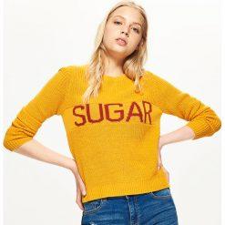 Sweter z napisem - Żółty. Żółte swetry klasyczne damskie marki Mohito, l, z dzianiny. Za 59,99 zł.