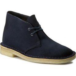 Botki CLARKS - Desert Boot. 261186184 Dark Navy Suede. Czarne buty zimowe damskie marki Clarks, z materiału. W wyprzedaży za 299,00 zł.