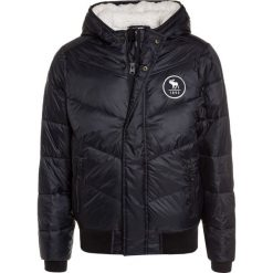 Abercrombie & Fitch CORE PUFFER  Kurtka zimowa solid black. Czarne kurtki chłopięce zimowe Abercrombie & Fitch, z materiału. W wyprzedaży za 295,20 zł.