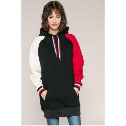 Tommy Hilfiger - Sukienka Camila. Szare sukienki dzianinowe marki TOMMY HILFIGER, m, z nadrukiem, casualowe, z okrągłym kołnierzem. W wyprzedaży za 449,90 zł.