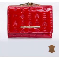 Portfele damskie: Mały portfel z tłoczonym wzorem