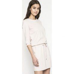 Answear - Sukienka. Szare sukienki dzianinowe marki ANSWEAR, na co dzień, l, casualowe, z okrągłym kołnierzem, mini, proste. W wyprzedaży za 99,90 zł.