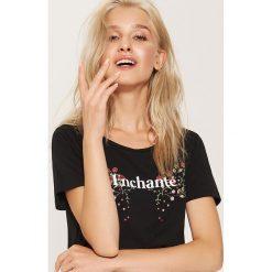 T-shirt z napisem Enchanté - Czarny. Czarne t-shirty damskie House, l, z napisami. Za 29,99 zł.